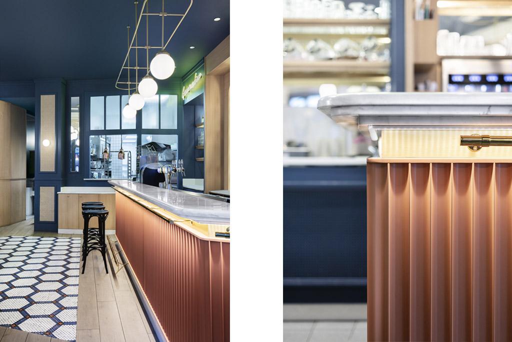 Comptoir et arrière bar chêne, étagère verre et chêne – Habillage mural cannage – Plan de travail «marbre» –  Crédit Photo: Studio 614