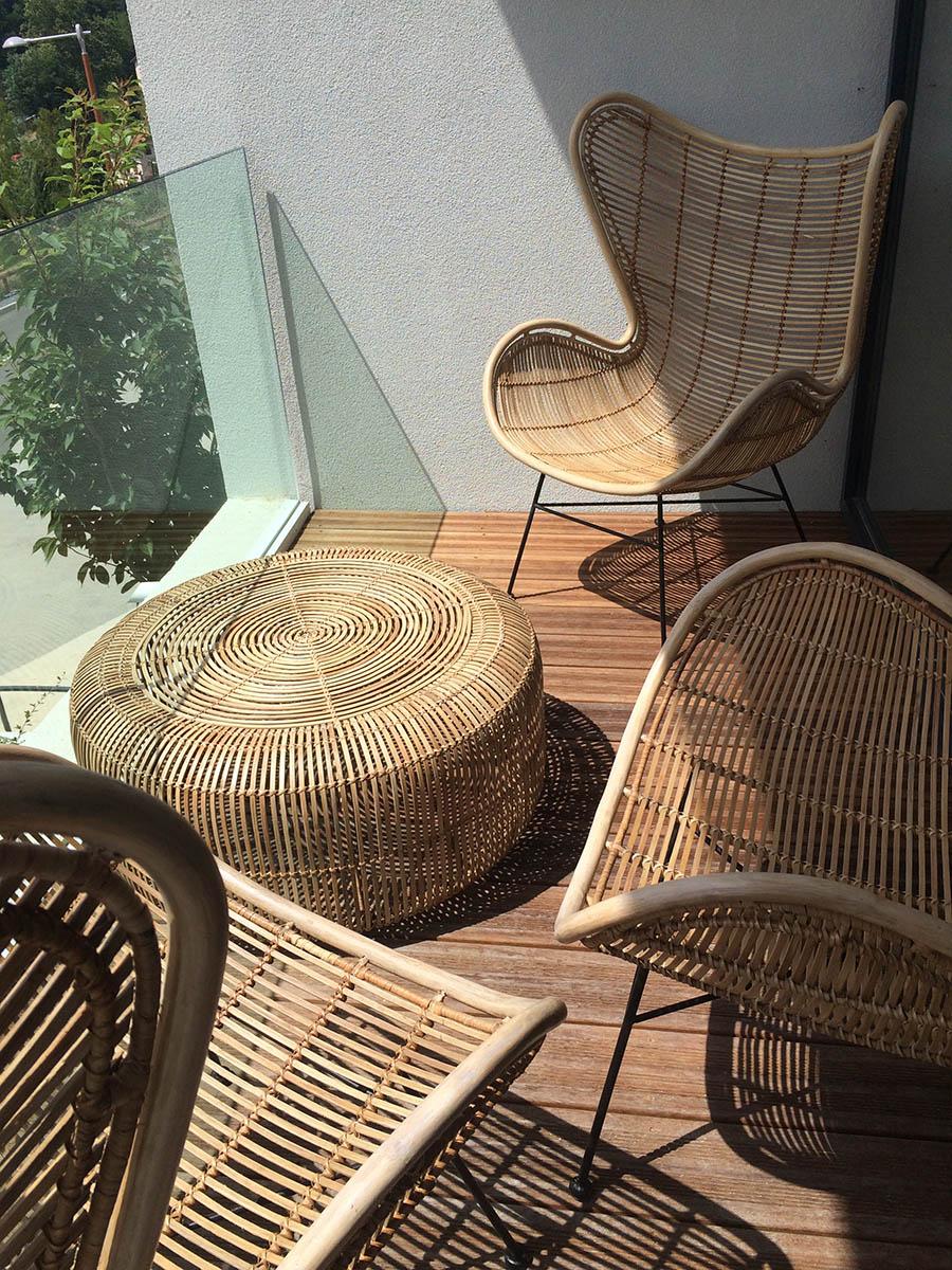 Table basse et fauteuils en rotin tressés