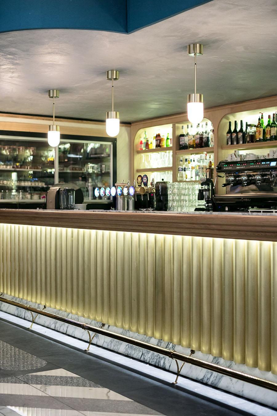Comptoir et arrière bar réfrigéré laiton marbre et chêne – vitrine pâtisserie grande capacité réfrigérée – Crédit photo Studio 614
