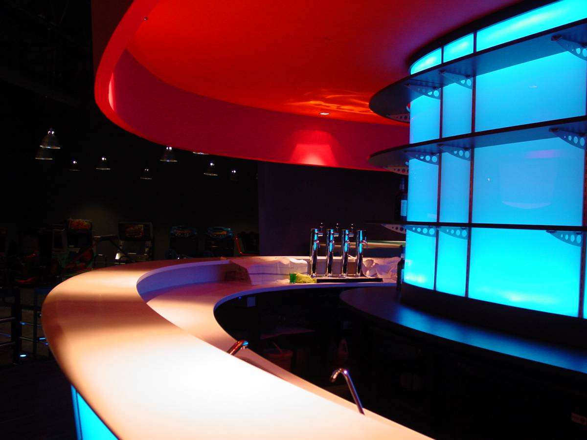 Comptoir bar réfrigéré, plan de travail et plan de service en Corian, arrière lumineux